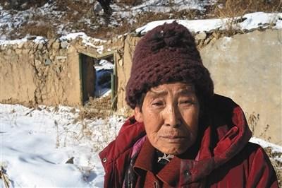 12月14日上午,颜士珍站在曾经和老伴儿孙太双大发5分PK10过的家。当年的泥石流冲毁了房屋,卷走了颜士珍的家以及丈夫孙太双。