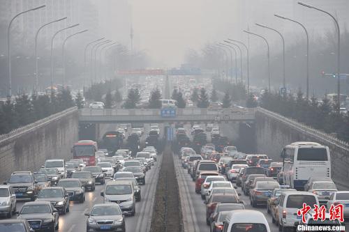 12月16日下午,北京东三环农展桥附近车辆行驶缓慢,雾霾渐浓。中新网记者 金硕 摄