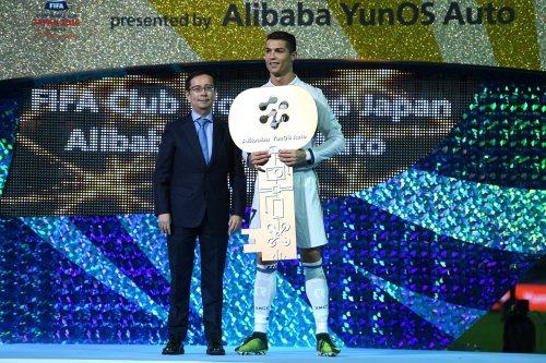 阿里巴巴集团CEO张勇为C罗颁发Alibaba YunOS Auto最有价值球员奖