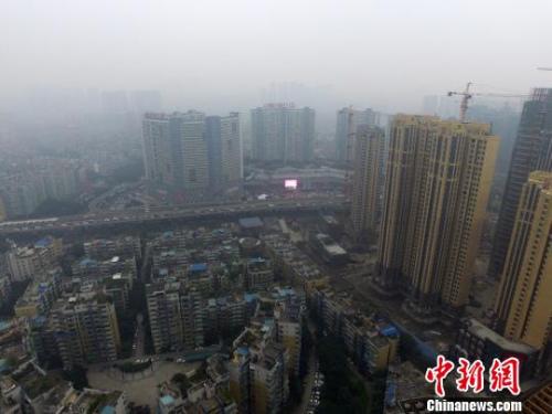 资料图:航拍成都城区上空,林立的高楼笼罩在雾霾中。 张浪 摄