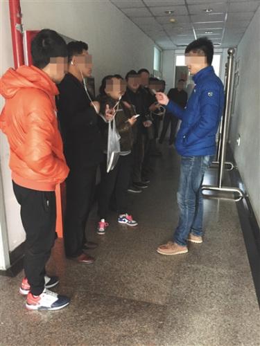 10月31日,北京某三甲病院内,招募中介检察受试者身份证。 拍照/新京报记者 王飞