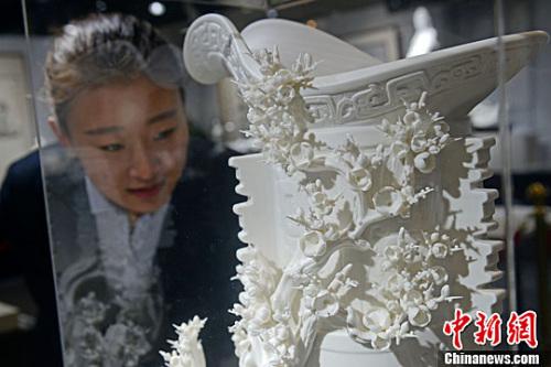 资料图:德化白瓷雕刻艺术品。<a target='_blank' href='http://www.chinanews.com/'>中新社</a>记者 韦亮 摄