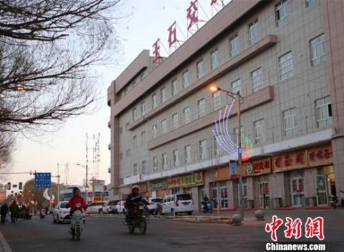 图为新疆且末县城玉石交易中心门口,店铺照常营业。 耿丹丹 摄
