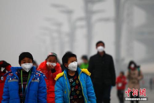 12月21日,北京持续雾霾,空气重度污染。自12月16日20时起北京启动空气重污染红色预警应急措施。 中新社记者 富田 摄