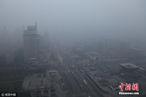 """2016年12月19日,鸟瞰西安城市,雾霾笼罩,不太远的建筑也几乎被雾霾""""吞噬"""",看不到一点影,当日早八点,空气质量指数达409,为严重污染。 图片来源:视觉中国"""