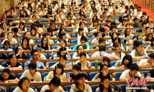资料图:7月19日,3000多名学子聚集济南的山东会堂参加考研培训班,备战考研。中新社记者 张勇 摄