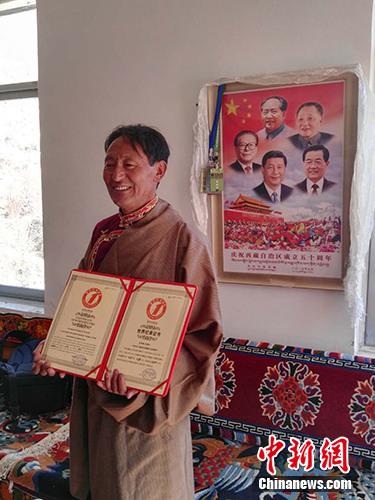 世界上最大唐卡制作者米玛次仁。中新网记者 宋宇晟 摄