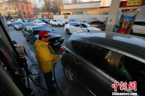 资料图 山西太原,油价上调前大量车辆前来加油。 张云 摄