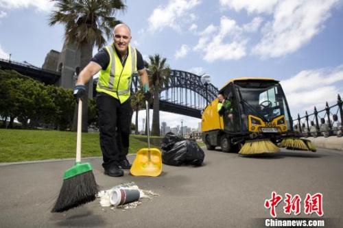 清扫人员正在清理跨年庆典留下的垃圾。钟欣 摄
