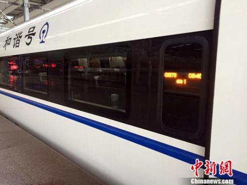 1月5日,上海至昆明首发G1373次高铁驶出虹桥站。 马化宇 摄