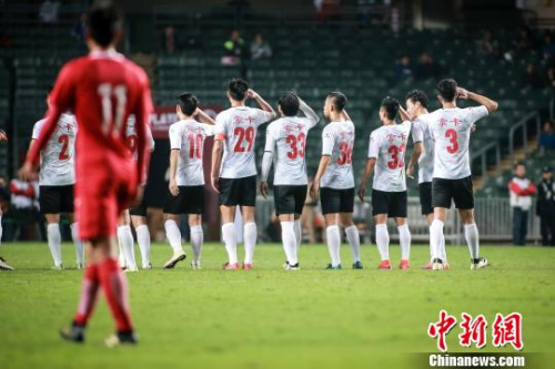 省港杯广东队摘得四连冠,进球后队员团体问候国旗。 黎江文 摄