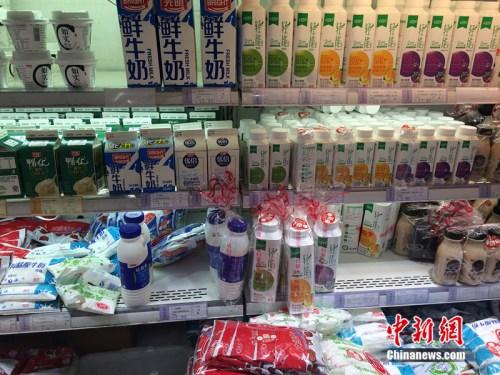 资料图:北京市一家超市销售的牛奶。/p中新网 邱宇 摄