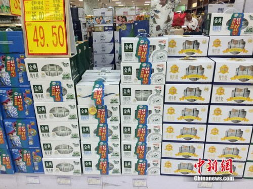 资料图:北京市一家超市正在进行牛奶促销活动。/p中新网 邱宇 摄