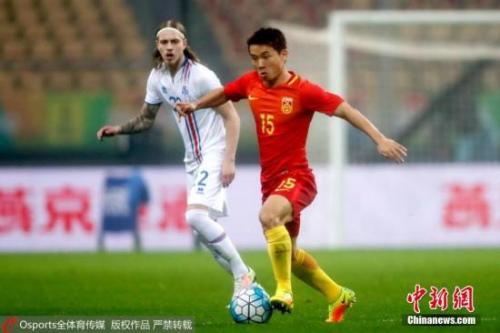 图为中国男足队员池忠国带球进攻。 bob 摄 图片来源:osports全体育图片社