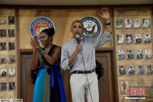 当地时间2016年12月25日,美国夏威夷,奥巴马携第一夫人米歇尔圣诞节拜访夏威夷海军陆战队基地。