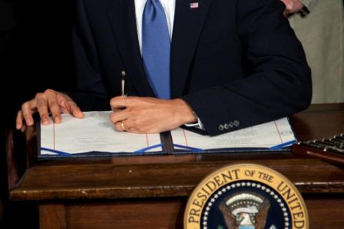 2010年3月23日,奥巴马签署医改法案。(图片来源:白宫)