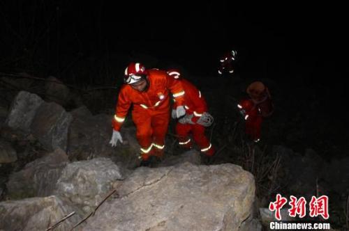 两大学生相约在湖北长阳县山间探险一人坠崖身亡一人被困 消防救援