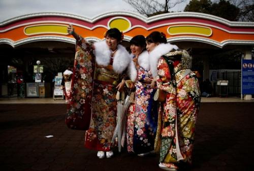 身着和服的女孩子们自拍。