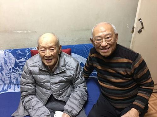 2016年11月25日,周有光(左)与中国社科院研究生院教授张森根合影。张森根供图