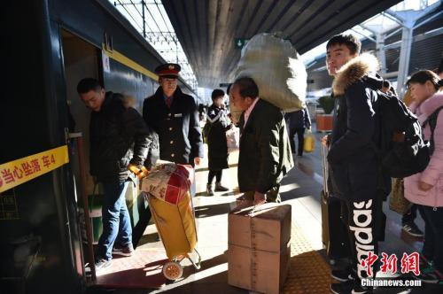 1月13日,北京西站正在上车的游客。中新网记者 金硕 摄