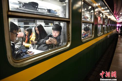 1月13日,2017年春运的首趟列车,1000余名游客踏上返家的途程。中新网记者 金硕 摄