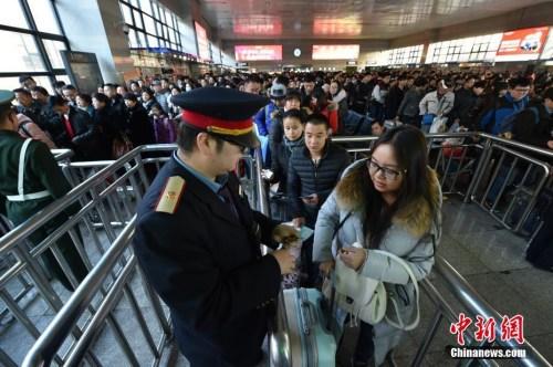 1月13日,2017春运正式启幕,北京西站候车大厅搭客数目明明回升。中新网记者 金硕 摄
