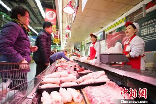 资料图:市民选购猪肉。 张云 摄