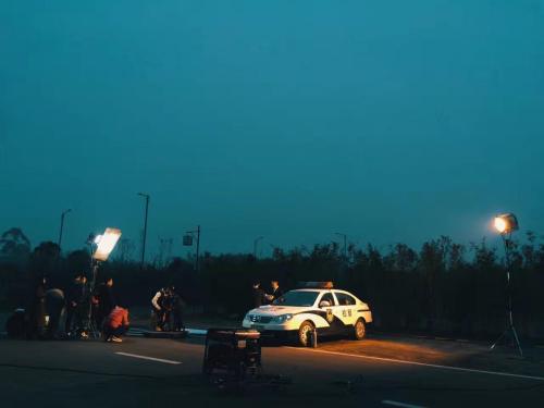 干警们正在加班加点录制短片