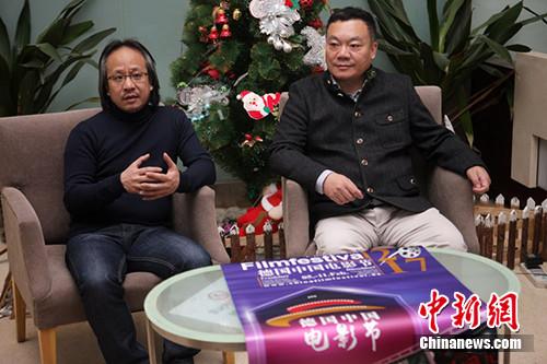 1月17日,德国中国电影节艺术总监、北京电影学院电影学系主任吴冠平教授(左)和德国中国电影节组委会副主席胡旭旦(右)介绍本届电影节的基本情况。主办方供图 李国庆 摄