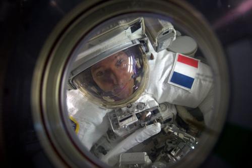国际空间站宇航员太空行走 升级动力系统电池(组图)