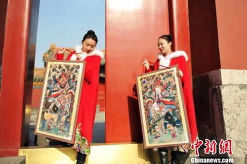 材料图:沈阳故宫挂门神迎大年。孙昊声 摄