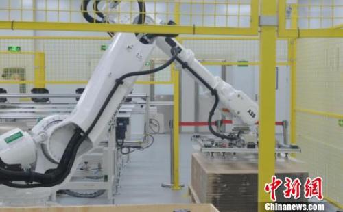资料图:某制造企业内的机器人生产设备。 张茵 摄