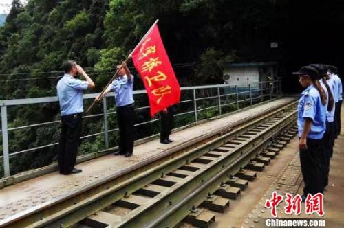 图为滇越铁路人字桥上的训练,老邱曾在此工作 钟欣 摄