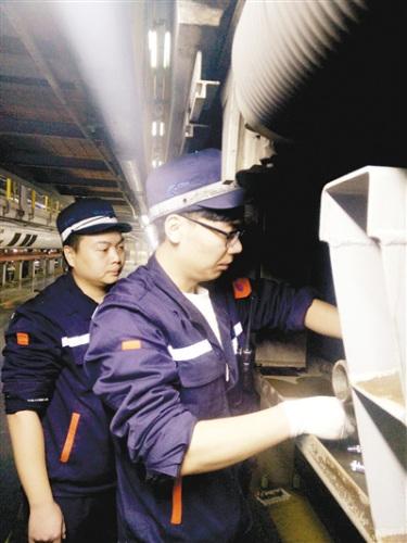 田�f和他的徒弟武振轩正在工作