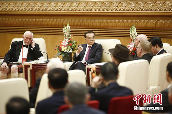 1月20日,中国国务院总理李克强在北京人民大会堂会见在华工作的部分外国专家代表并同他们座谈。 中新社记者 盛佳鹏 摄