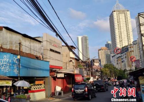 豪宅小区、高档商场、星级酒店与简陋破旧的搭盖连片紧邻,如此强烈的对比在雅加达市中心随处可见。 林永传 摄