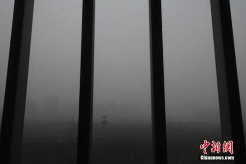 1月5日,北京处在大雾黄色预警及持续的空气重污染橙色预警之中,能见度低,空气质量差。 记者 侯宇 摄