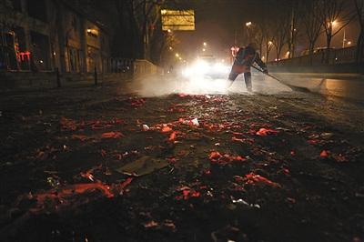 昨日凌晨1点,环卫工人在南三环清扫烟花爆竹垃圾,据现场负责人介绍,今年烟花垃圾量整体呈下降趋势。