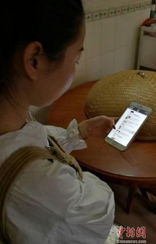 90后阿珍(化名)展示她在微信朋友圈给自己微店做的推广。 程春雨 摄