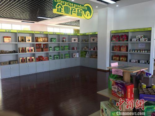 广西博白县桂果果电商运营中心展示厅展示的当地特色产品。 程春雨 摄