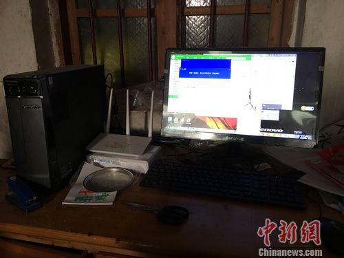 博白龙潭镇东岸村高中生谢小丽家中在网上购买到的电脑。 程春雨 摄