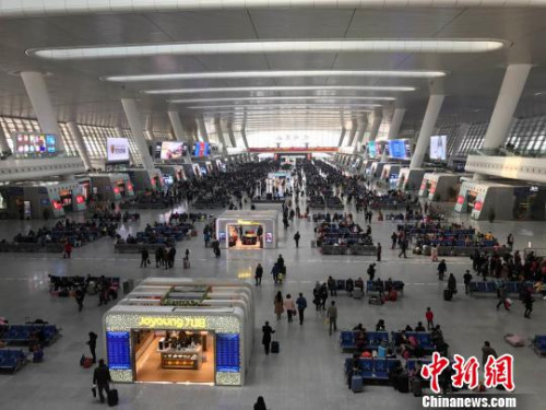 图为春运期间的杭州火车东站。施佳秀 摄