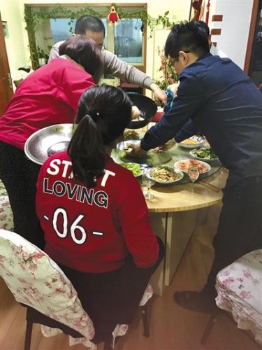 张雪和叶坤一家人在准备年夜饭,这是他们领证后的第一个春节。