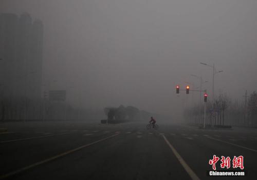 资料图:2017年1月1日,雾霾笼罩下的河南郑州城区。 中新社记者 王中举 摄