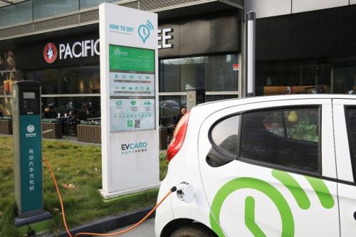 充电中的新能源车。/p中新社记者 潘索菲 摄