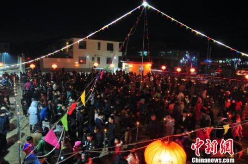 众多民众和当地花会表演涌入阵中。 吕子豪 摄