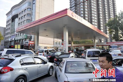 资料图:山西太原一加油站外,车辆正排队加油。中新社发 韦亮 摄
