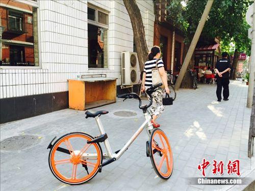 摩拜单车出现在北京大街小巷。 吴涛 摄