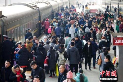 山西太原,民众在火车站准备乘车。记者 张云 摄