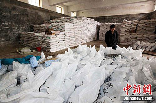 资料图:在广西融安县盐业公司仓库里,工人正在搬运食用盐。谭凯兴 摄